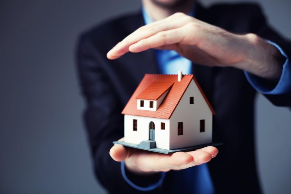 С 4 августа вступит в силу закон о страховании жилья от ЧСЗакон изменит механизмы возмещения жилья, утраченного в результате чрезвычайных ситуаций (ЧС). Граждане регионов, разработавших программы страхования жилья, получат государственные гарантии полного возмещения стоимости жилья.Стоимость страховки от ЧС и стандартных «бытовых» рисков составит около 150-200 р. в месяц, сообщила пресс-служба Всероссийского союза страховщиков (ВСС).Закон о страховании жилья от ЧС наделяет регионы правом разработать свои программы страхования жилья от ЧС и иных рисков (при этом конкретный состав рисков, наиболее актуальный для данного региона, региональные власти могут выбрать самостоятельно).Страхование является добровольным и реализуется по аналогии с московской программой страхования жилья, за счет страховых механизмов и с субсидированием страхования со стороны федерального бюджета. Предполагается, что платежи за страхование будут включаться в платежки ЖКУ – гражданин сможет самостоятельно решить, оплачивать страховку или вычеркнуть ее из платежки. Такой подход и субсидирование страхования со стороны федерального бюджета позволит снизить стоимость страхования: если обычный полис добровольного страхования жилья для стандартной квартиры обходится в 5-7 тыс. р. в год, то страхование жилья по региональной программе будет обходиться, ориентировочно, в 150-200 р. в месяц или 1800-2400 р. в год, сообщил президент ВСС Игорь Юргенс. «Минимальный набор рисков – страхование исключительно от ЧС – и вовсе предположительно обойдется примерно в 300-350 р. в год», – отметил он. «В результате средства регионов на страхование не будут расходоваться, а федеральный бюджет существенно ограничивает и снижает свои расходы на ликвидацию последствий чрезвычайных ситуаций», – считает Игорь Юргенс. Он отметил, что для того, чтобы региональная программа начала работать, губернатор и администрация региона должны:определить конкретные риски, которые будут страховаться по региональной программе;назначить испол