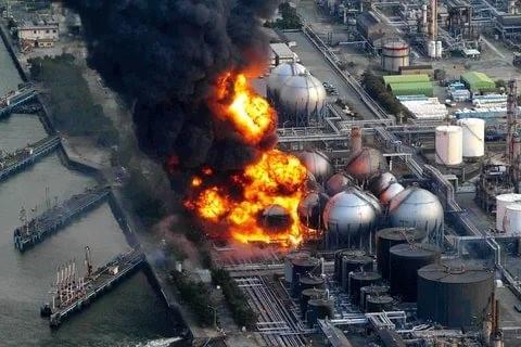 Авария на ФукусимеКатастрофа, которая произошла 11 марта 2011-го года, одновременно объединяет в себе черты техногенных и природных катастроф. Сильнейшее землетрясение мощностью в девять баллов, и последующее за ним цунами вызвали отказ системы электроснабжения ядерной установки Daiichi, в результате чего был остановлен процесс охлаждения реакторов с ядерным топливом. Помимо чудовищных разрушений, которые были вызваны землетрясением и цунами, это происшествие привело к серьезному радиоактивному заражению территории и акватории. Кроме того, властям Японии пришлось эвакуировать более двухсот тысяч человек из-за высокой вероятности появления тяжелых заболеваний из-за попадания под жесткое радиоактивное облучение. Сочетание всех этих последствий дает право аварии на Фукусиме называться одной из самых страшных катастроф мира в двадцать первом веке.Общий ущерб от аварии оценивается в 100 миллиардов долларов. В эту сумму включены расходы на ликвидацию последствий и выплату компенсаций. Но при этом нельзя забывать о том, что работы по устранению последствий катастрофы продолжаются до сих пор, что соответственно увеличивает эту сумму.В 2013-м году фукусимская АЭС была официально закрыта, а на её территории производятся только работы по ликвидации последствий аварии. Специалисты считают, что для приведения в порядок здания и зараженной территории понадобится как минимум сорок лет.Последствиями аварии на Фукусиме являются, переоценка мер безопасности в атомной энергетике, падение стоимости на природный уран, и соответственно снижение цен акций уранодобывающих компаний.