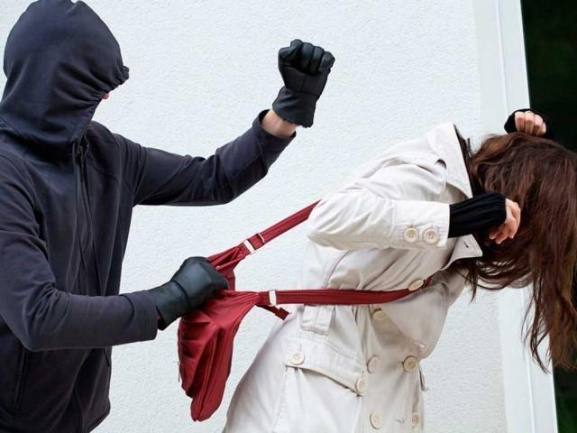 Жительница Вологды инсценировала хищение телефона ради получения страховкиЖенщина сообщила в полицию о грабеже, чтобы получить компенсацию за случайно разбитый смартфон.По ее словам, незнакомый мужчина на улице вырвал у нее сумочку, в которой находились банковские карты и телефон. Заявительница рассказала полицейским, что побежала вслед за злоумышленником. Опасаясь преследования, он выкинул похищенные вещи на дорогу и скрылся. Когда вологжанка открыла сумочку, то обнаружила, что ее новый смартфон разбит. Ущерб превысил 20 тыс. р.Сотрудники полиции в ходе расследования установили, что женщину никто не грабил. Она разбила смартфон и инсценировала преступление, чтобы получить страховку, сообщает пресс-служба МВД по Вологодской области. Согласно договору, выплату можно было получить при условии повреждения имущества в ходе противоправных действий. В отношении женщины возбуждено уголовное дело по признакам преступления, предусмотренного ч. 1 ст. 306 УК РФ (заведомо ложный донос). Санкция данной статьи предусматривает наказание в виде лишения свободы сроком до двух лет.http://www.asn-news.ru/news/71654#ixzz62DTMNFGR