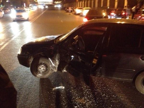 В Ростове водители пытались незаконно получить 500 тыс. р. после ДТПУщерб, нанесенный автомобилям в аварии, был незначительным, однако двое из трех участников ДТП решили предоставить в страховую компанию фиктивные сведения. Сумма, которую злоумышленники пытались получить от страховой организации, составляла около 500 тыс. р. В результате проведенной экспертизы было установлено, что повреждения на автомобилях не соответствуют предоставленным документам. Руководитель страховой компании сообщил в полицию о попытке мошенничества по страховым выплатам.Сотрудники уголовного розыска задержали участников мошеннической схемы —  49-летнего мужчину и 40-летнюю женщину, сообщает пресс-служба ГУ МВД РФ по Ростовской области. В отношении подозреваемых возбуждены уголовные дела по признакам преступлений, предусмотренных частью 3 статьи 30 УК РФ «Покушение на совершение преступления» и частью 2 статьи 159.5 УК РФ «Мошенничество в сфере страхования». http://www.asn-news.ru/news/71647#ixzz62DMue990