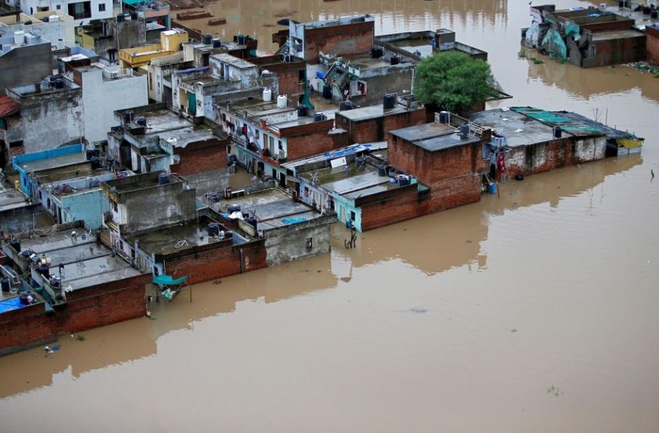 «Евразия» выплатила $3,1 млн за наводнение в ИндииСК «Евразия» в рамках договоров перестрахования выплатила за последствия наводнения в штате Керала свыше 1,2 млрд тенге (около $3,1 млн). «Выплаты продолжаются», – сообщил исполнительный директор СК «Евразия» Шакир Иминов.22 августа 2018 г. во время муссонного дождя уровень воды в 35 из 54 плотин поднялся близко к уровню переполнения, из-за чего впервые в истории было принято решение открыть их. В результате от наводнения пострадала одна шестая часть всего населения Кералы: 220 000 человек остались без крова, тысячи оказались в ловушке, более 483 человек погибли, 140 пропали без вести, а около миллиона человек были эвакуированы.СК «Евразия» уже много лет активно сотрудничает с Индией, и на сегодняшний день по произошедшим наводнениям всего было произведено порядка 4 млрд тенге страховых выплат. Также компанией был сформирован резерв для дальнейших выплат в размере 1,9 млрд тенге, сообщает страховщик.http://www.asn-news.ru/news/71426#ixzz5zmt3rZDY
