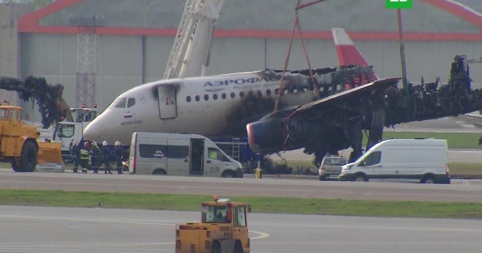 Катастрофа SSJ 100 5 мая 2019 года в ШереметьевеКатастрофа SSJ 100 в Шереметьеве — авиационная катастрофа, произошедшая 5 мая 2019 года. Самолёт Superjet 100 (RRJ-95 авиакомпании «Аэрофлот» выполнял плановый рейс SU1492 по маршруту Москва—Мурманск, но через 27 минут после взлёта был вынужден вернуться в аэропорт Шереметьево из-за технических неполадок на борту[1]. Во время посадки лайнер получил повреждения, ставшие причиной возникновения пожара, в результате которого самолёт частично сгорел.По данным СК России, из находившихся на его борту 78 человек (73 пассажира и 5 членов экипажа) погиб 41 (40 пассажиров и 1 член экипажа)[2]. Выжило 37 человек[3], 10 из них были госпитализированы[4]. Согласно предварительному отчёту комиссии МАК по расследованию авиапроисшествий, 1 член экипажа и 2 пассажира получили серьёзные телесные повреждения, 3 члена экипажа и 4 пассажира — незначительные[5].