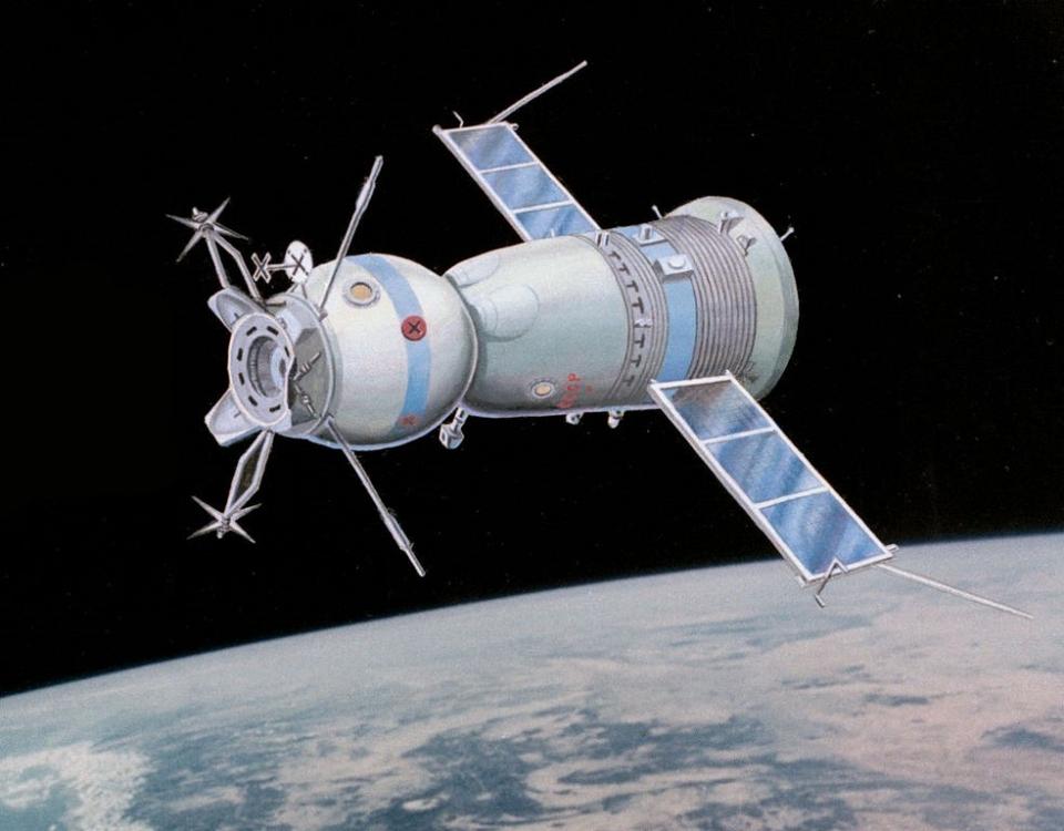 «Роскосмос» вдвое сократит число пилотируемых запусков к МКСРоссия отправит к Международной космической станции в 2020 г. всего два пилотируемых корабля «Союз», в отличие от четырех запусков в предыдущие годы.Это следует из имеющихся в распоряжении РИА Новости материалов одного из предприятий госкорпорации – страхового брокера «РК-Страхование».С 2009 г. Россия ежегодно отправляла к станции по четыре корабля «Союз» с экипажами. Количество запусков сократят, поскольку с 2020 г. к МКС должны начать летать американские корабли.Согласно материалам «РК-Страхование», запуски запланированы на второй и четвертый кварталы 2020 г.Кроме двух пилотируемых кораблей к станции в 2020 г. отправятся три «грузовика» «Прогресс МС». Количество транспортных кораблей останется прежним. В 2019 г. к МКС уже слетали два «Прогресса», запуск третьего планируется на конец года.В 2011 г. США прекратили полеты своих Space Shuttle к МКС. С тех пор Россия была единственной страной, доставляющей пилотируемые миссии в космос. Однако в США для отправки астронавтов на станцию уже разработаны новые пилотируемые корабли: Crew Dragon – компанией SpaceX и Starliner – компанией Boeing.Сейчас «Роскосмос» и НАСА ведут переговоры о перекрестных полетах своих космонавтов и астронавтов на кораблях друг друга.http://www.asn-news.ru/news/71553#ixzz618fQKXSw