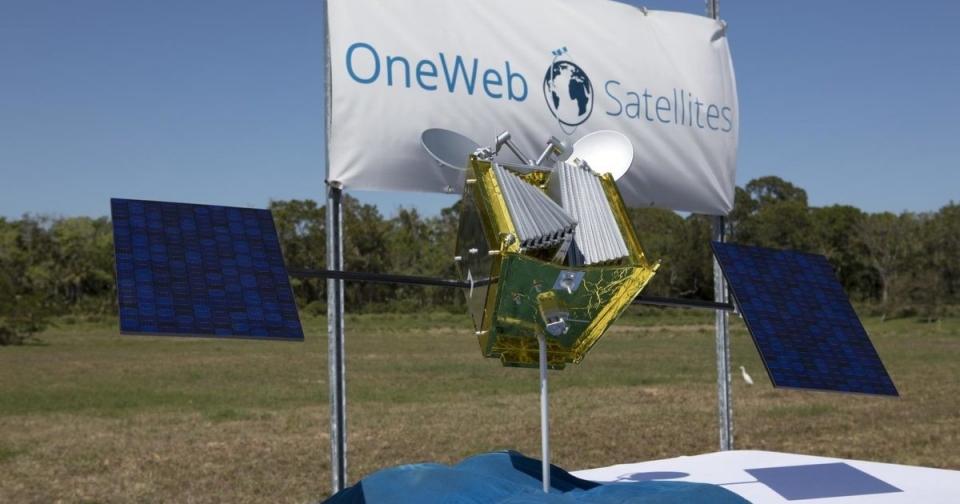 Ответственность при запуске космических аппаратов OneWeb застрахуют по итогам тендераОбъявлен запрос предложений по страхованию гражданской ответственности за причинение вреда жизни, здоровью, имуществу третьих лиц при запусках и эксплуатации космических аппаратов OneWeb. Максимальная цена контракта составляет 720 тыс. евро.Страховая сумма для каждого запуска составляет 30 млн евро. Заказчиком закупки выступает Центр эксплуатации наземной космической инфраструктуры (ЦЭНКИ). Договор страхования вступает в силу с момента его подписания сторонами и действует до 31 декабря 2021 г. Всего запланировано 15 запусков, в том числе 9 с космодрома Байконур и 6 — с космодрома Восточный.Заявки на участие в запросе предложений можно подавать до 4 октября. Итоги планируется подвести 15 октября, следует из документации закупки.Цель проекта OneWeb — создание орбитальной группировки из 900 спутников, которая обеспечит к 2027 г. доступ к высокоскоростному интернету в любой точке планеты. К 2021 г. компания планирует запустить около 600 спутников.http://www.asn-news.ru/news/71512#ixzz60xIDMDyN