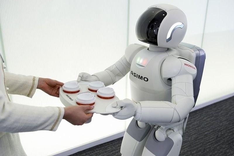 Сотрудники «Росгосстраха» в 2021 г. могут получить по роботу-помощнику«Росгосстрах» намерен расширить использование роботизированных операций в подразделениях поддержки.Компания уже имеет опыт использования систем RPA (Robotic Process Automation), заменяющих сотрудников при обработке части информации, поступающей в Федеральный операционный центр (ФОЦ) из региональных филиалов. А в ближайшее время готовится запустить в промышленную эксплуатацию программных роботов, которые возьмут на себя функцию по поддержанию взаимодействия между системой электронного документооборота «Tessa» и новой полисной платформой «Guidewire», на которую поэтапно переходят продажи основных страховых продуктов, реализуемых «Росгосстрахом», сообщила пресс-служба страховщика.«Использование роботов не только высвобождает кадровые ресурсы и сокращает количество ошибок, неизбежных при так называемом «человеческом факторе», но и позволяет сотрудникам и подразделениям продаж и поддержки быстрее адаптироваться к постоянно совершенствующемуся IT-ландшафту компании, — говорит член Правления, руководитель Операционного блока «Росгосстраха» Максим Шепелев. — Использование RPA является альтернативой дорогостоящей и длительной интеграции тех сложнейших систем учета и хранения данных, которые мы сейчас внедряем. Роботизация ряда операций существенно сокращает процесс подготовки к запуску новых систем и, соответственно, ускоряет переход компании на самые современные технологии международного уровня».Первый проект по роботизации в «Росгосстрахе» запускался несколько лет назад с целью оптимизации рутинных процессов в расположенном в Кирове Федеральном операционном центре компании. Программно-аппаратный комплекс из 20 серверных роботов и оркестратора на платформе UIPath стал использоваться в трех операциях: по учету договоров страхования, по поиску и идентификации определенных убытков, по соотнесению списаний инкассо к конкретным убыткам и отражению этой информации в бухгалтерском учете.«Мы используем RPA-решени
