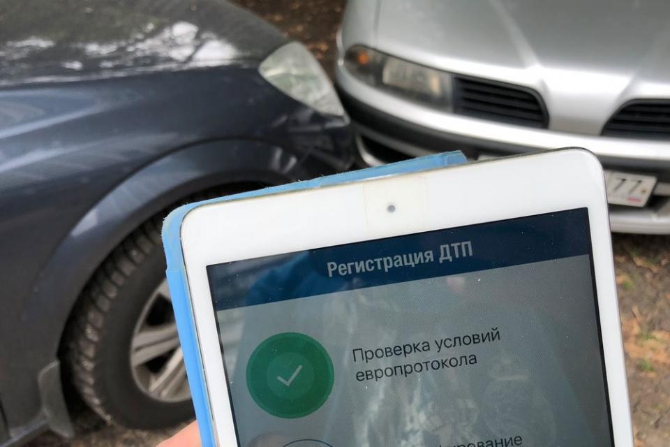 В СК «Согласие» 41% страховых случаев по ОСАГО урегулируется по «Европротоколу»В 41% случаев автомобилисты, ответственность которых застрахована в СК «Согласие» по ОСАГО, оформляют документы о ДТП в упрощенном порядке, без вызова ГИБДД.В Москве этот показатель среди клиентов страховой компании составляет 38%, в Санкт-Петербурге – 32%, в Московской и Ленинградской областях – 44%, сообщает пресс-служба СК «Согласие».По данным Российского союза автостраховщиков, в целом по РФ каждое третье ДТП оформляется по «Европротоколу». Новые правила оформления европротокола вступили в силу с 1 октября 2019 г. Лимит увеличен со 100 тыс. р. до 400 тыс р. Он увеличен для тех водителей, у которых нет разногласий и которые фиксируют обстоятельства ДТП с помощью системы «ЭРА-ГЛОНАСС» или мобильного приложения РСА «ДТП. Европротокол». Для тех водителей, у которых есть разногласия, лимит остался на уровне 100 тыс. р. Условия, при которых возможно оформление европротокола, остались прежними: в аварии участвовали только два автомобиля, водители которых застрахованы по ОСАГО, в ДТП нет пострадавших и погибших, не причинен ущерб третьим лицам.http://www.asn-news.ru/news/71667#ixzz62E87SOJv